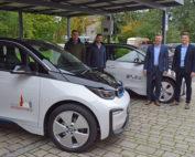 Erster Bürgermeister Klaus Köhler und Geschäftsleiter Christian Sturm nehmen die neuen Dienstwägen von zwei Stellvertretern der Firma Tiefdörfler in Empfang.
